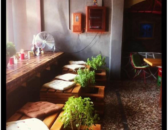 <p>Καραγκιόζης Bar and Café. Τζαβαρα 5, Χαλκίδα.</p>  <p>Τηλέφωνο: 6977391864</p>